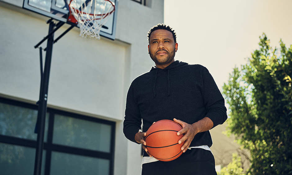 Anthony Anderson playing basketball